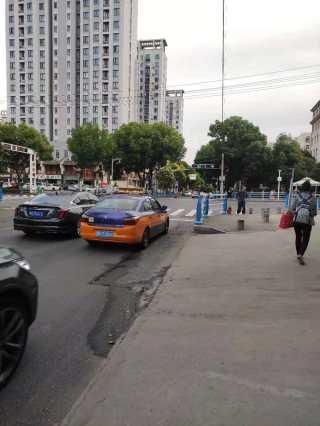 掇刀财政局对面,红绿灯路口 临街商铺出租,无转让费 无押金